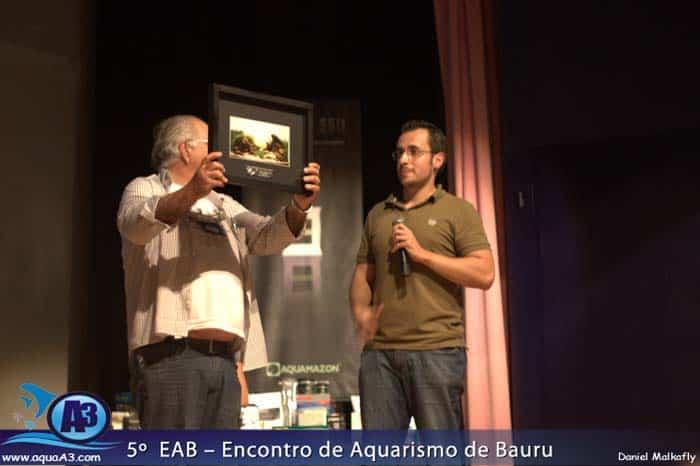 Gary José Chagas recebendo o prêmio no lugar de Jean Ricardo Olinik
