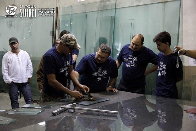 Mesa de corte na Aquaterrário, a tecnologia ajuda muito na hora da produção