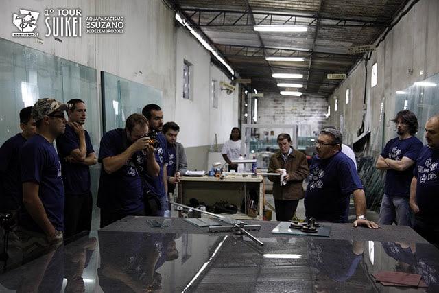 No interior da fábrica da Aquaterrário Aquários, uma aula sobre como montar aquários em larga escala.