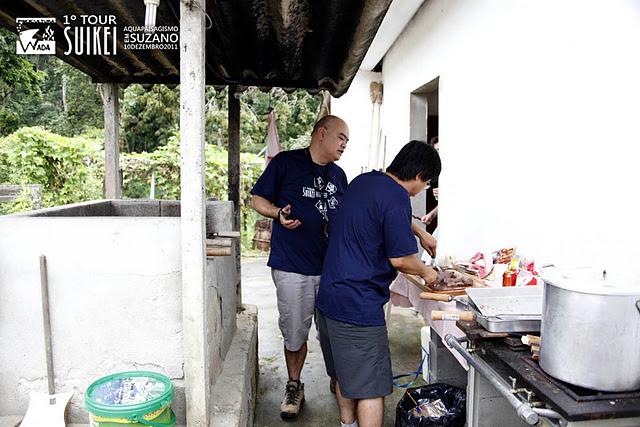 Piscicultura Wada: primeiro rolou um churras preparado pelo Luis Wada.