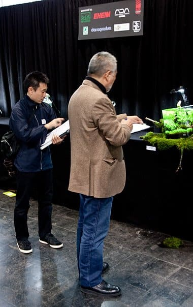 """Takashi Amano julgando a montagem """"Out of  Square"""""""