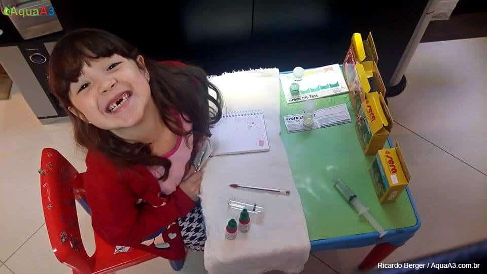 Criança fazendo testando o aquário