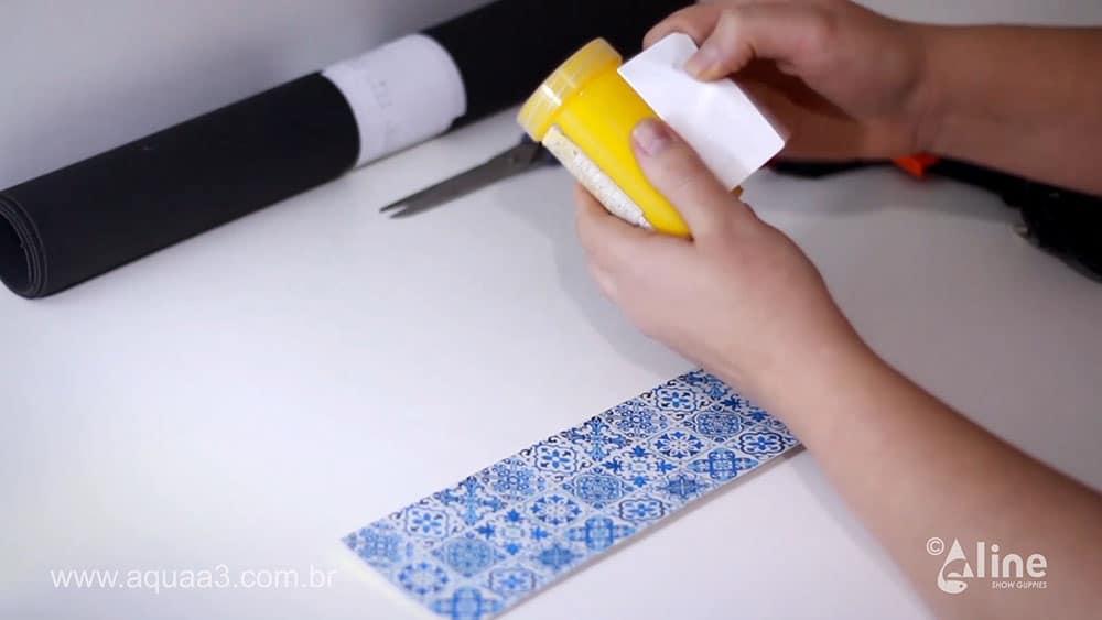 Retire o adesivo informativo da embalagem do pote de ração