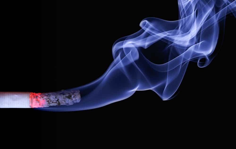 fumaça do cigarro no aquário