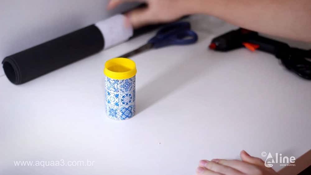 Cole o adesivo com a textura deazulejo na embalagem do pote de ração