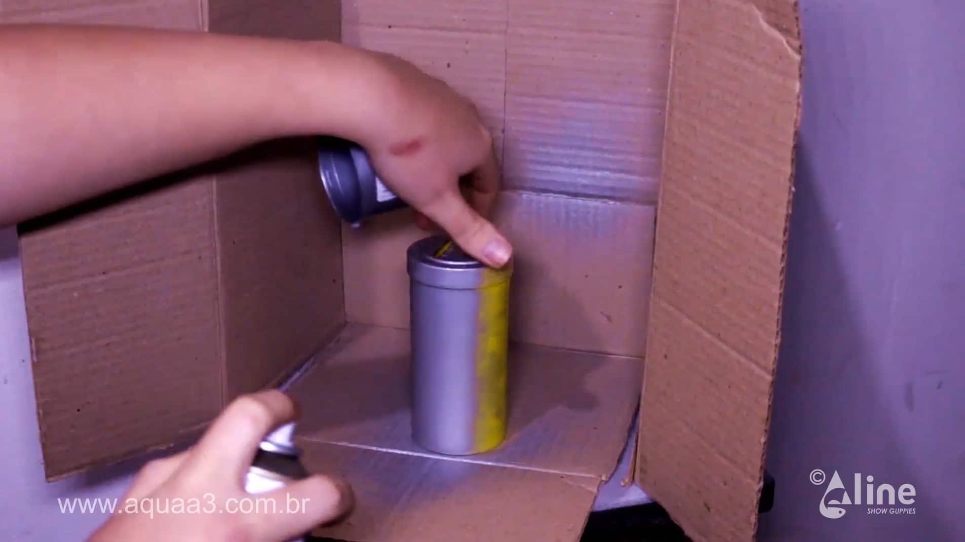 Utilize o spray e pinte todo o pote de ração